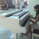 Piano à disposition (quelques touches à accorder)