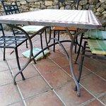 suciedad en la terraza, sillas oxidadas, cojines rotos y dejados por donde sea