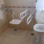 Zona de ducha e inodoro