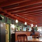 La salle du restaurant est simple et chaleureuse.