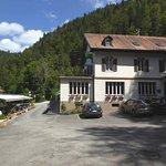Le restaurant et sa terrasse tout au bord du Doubs