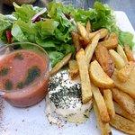 Assiette végétarienne (frites et gaspacho maison, sublime fromage de chèvre au four)