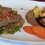 Rindfleisch mit Pinienkernen und Grillgemüse