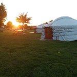 Coucher de soleil et vue d'ensemble des yourtes