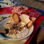 Camembert xxl et sa planche de charcuterie, accompagnés d'une petite salade...
