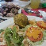 Camarones al ajillo con mofongo y ensalada