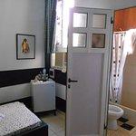 una habitacion limpia y cómoda