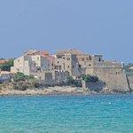 le village d'Algajola vu depuis la plage du camping