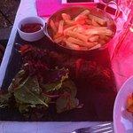 Plat brochette de boeuf et frites (frites manque de gourmandise sur la cuisson... blanches)