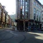Foto frente a la cafeteria con vista parcial del edificio