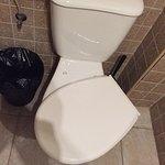 Di seguito: servizi igienici, armadio a tre scomparti della stanza, affaccio camera con vista co