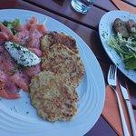 Lachs mit Kartoffelpuffer / Geröstete Semmelknödel mit Salat