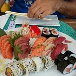 Sushi excelente, bom ambiente atendimento em várias línguas, mesmo no centro de Cascais. Comida