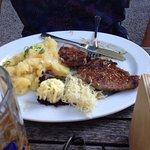 Grillfleisch mit Kartoffelsalat und frischem Meerrettich