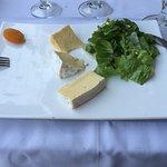 Assiette de fromage et sa petite salade