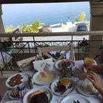 Einfaches Hotel (Familienbetrieb), sauber, fantastische Aussicht direkt auf's Meer. Strassenverk