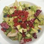 Gemischter Salat mit frischen Früchten