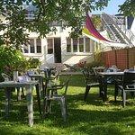 Vue du jardin ombragé chez Avel Zo Plestin