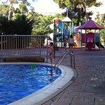 Детский бассейн, две горки и мелкая речушка для совсем маленьких (по щиколотку)