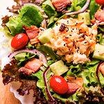 Folhas, tomate cereja, pepino, cebola roxa, bacon e frango cremoso com cenoura!