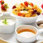 Salada de frutas, acompanha iogurte, mel e aveia!!