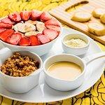 Açaí com banana e morango, acompanha granola, leite condensado (ou mel) e leite ninho.
