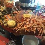 Plateau de fruit de mer bien garni  Crabe, crevette,bigorneau,huître,palourde......