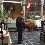 Sergio tocando la flauta andina