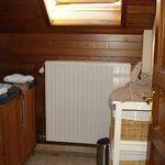 Salle de douches commune sur le palier de la bâtisse où se trouve 6-7 chambres