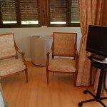 TV et petit salon de la chambre