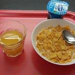 Le petit déjeuner. De nombreux autres aliments sont proposés.