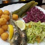 Fajne miejsce na przystanek i obiad w drodze. Dobre domowe zupy. Dobre rybki smażone i wędzone.