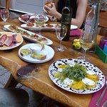 Charcuterie Dalamate, salade mangue..., bruschetta et GRK vin blanc local