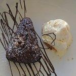 Brownie de chocolate con nueces y helado de vainilla