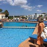 Hotellet, poolen og stranden