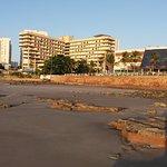 Hotel visto da praia maré baixa.