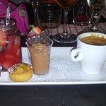 café gourmand : soupe de fraise, gateau aux noix, mousse au chocolat, pana cotta