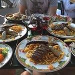 "Les ""planches"" : grillades de viandes, crudités, frites"