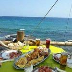 Terraza con mesa sobre el mar.