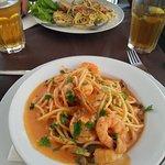 esparguete com camarão + esparqgeute com presunto e alho