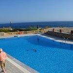 Blick über den Pool zum Meer