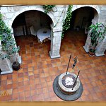 Esto es el patio del cnvent hotel ahi sirven los desayusnos comidas y cenas, maravilloso