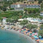 Questa foto mostra la panoramica intera dell'hotel Glicorisa, che possiede piscina, bar e spiagg