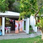 """Zona """"favelas"""" con corde per stendere costumi e asciugamani"""