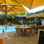 Terrasse avec parasols en bord de piscine