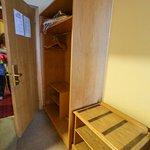 Habitación 252, armario y reposa maletas.