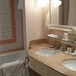 La salle de bain spacieuse