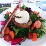 Salade de chèvre frais roti au thym, légumes croquants