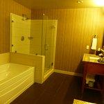 Baño en suite con doble pileta, ducha y bañera