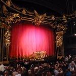 """El escenario y el famoso """"chandelier"""" de la obra"""